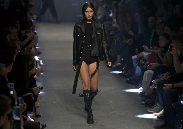 بيلا حديد عارضة الأزياء الأمريكية المثيرة