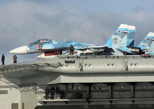 مقاتلات سو-33 على متن حاملة الطائرات الروسية