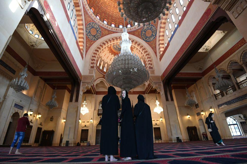 نساء داخل مسجد محمد الأمين وسط مدينة بيروت
