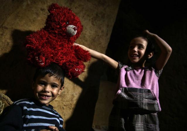 أطفال سوريون يختبئون داخل ملجأ أبو عمر في بلدة دوما السورية، شرقي دمشق، 30 أكتوبر/ تشرين الأول 2016