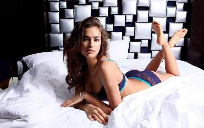jessica alba posing sexy