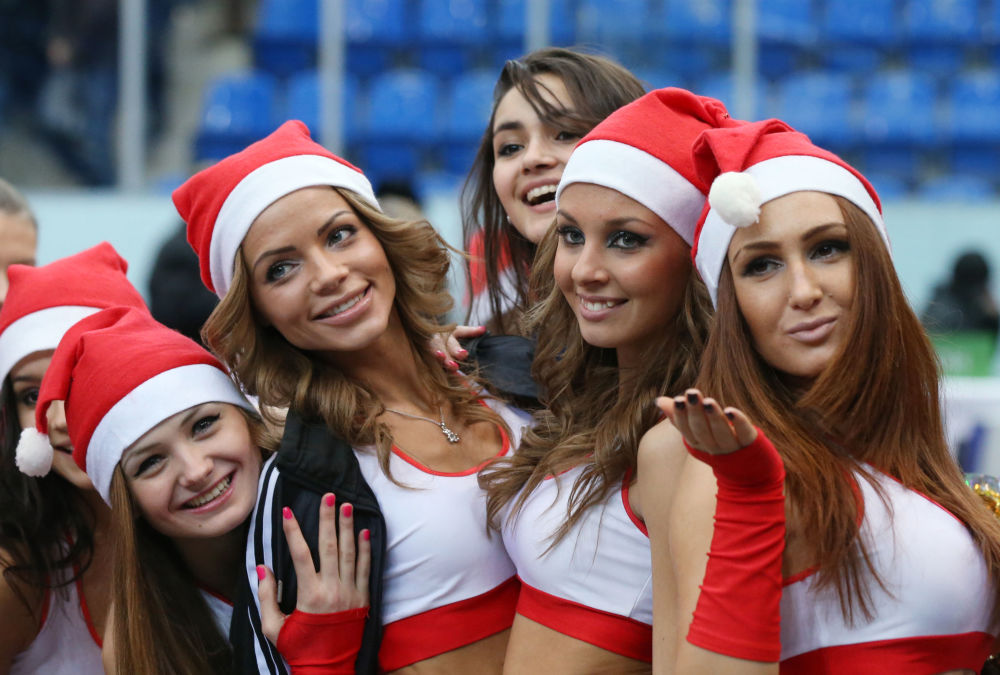 فتيات التشجيع - فريق التشجيع نيجني نوفغورود في نيجني نوفغورود، روسيا (صور أرشيفية)