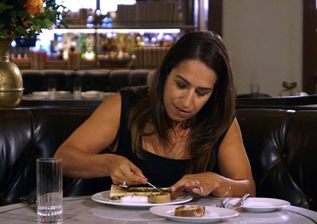 امرأة تأكل اللحم