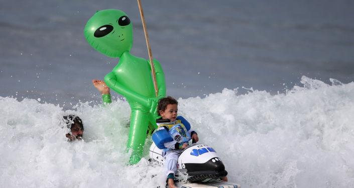 طفل يرتدي زياً لرائد فضاء خلال ركوب الأمواج خلال مهرجان الهالووين في سان مونيكا، كاليفورنيا 29 أكتوبر/ تشرين الأول 2016