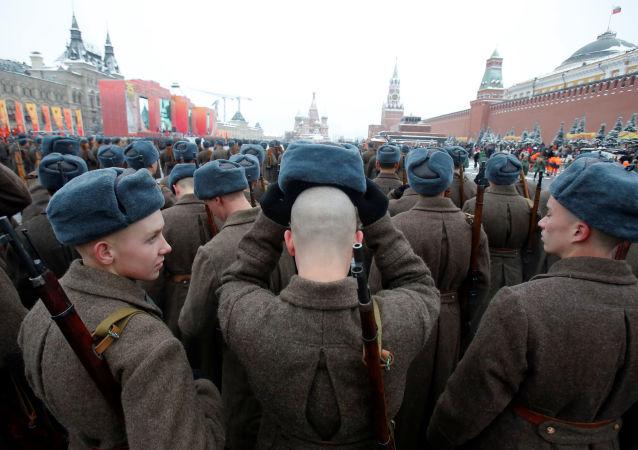 إحياء الذكرى الـ 75 لأول عرض عسكري على الساحة الحمراء مع بدء الحرب الوطنية العظمى ضد ألمانيا النازية (1941-1945)، حيث غادر جنود الاتحاد السوفيتي الساحة الحمراء وتوجهوا إلى جبهات القتال في 7 نوفمبر/ تشرين الثاني 1941