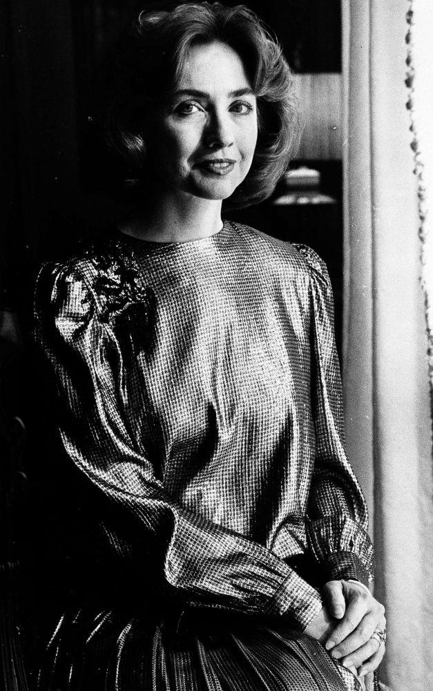 المرشحة للانتخابات الرئاسية الأمريكية من الحزب الديموقراطي هيلاري كلينتون وهي ترتدي فستان لحفل افتتاحي  عام  1985.