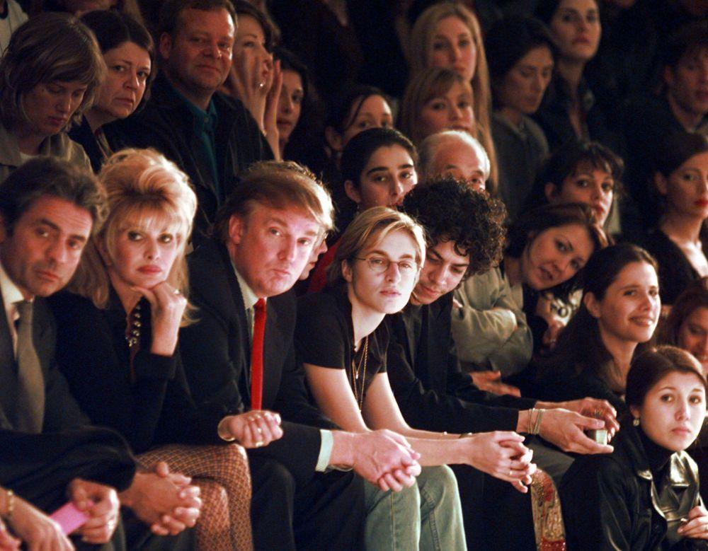 المرشح للانتخابات الرئاسية من الحزب الجمهوري دونالد ترامبوزوجته السابقة إيفانا ترامب خلال حضورهما لعرض أزياء مجموعة بيتسي جونسون 1998 في نيويورك، 4 نوفمبر/ تشرين الثاني 1997