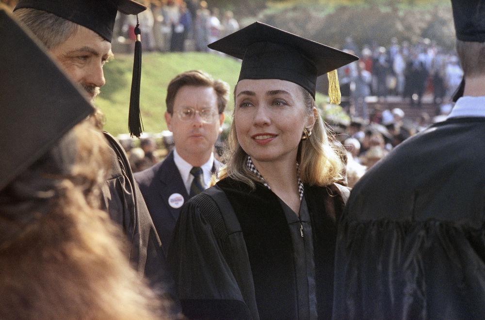 المرشحة للانتخابات الرئاسية الأمريكية من الحزب الديموقراطي هيلاري كلينتون تتخرج من معهد هيندريكس في كونواي بمرتبة الشرف، أركانساس ، 30 مايو/ آيار 1992.