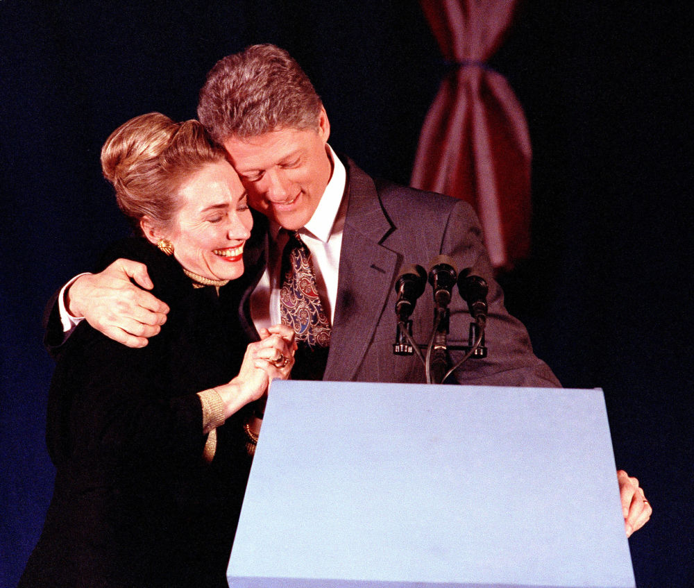 المرشحة للانتخابات الرئاسية الأمريكية من الحزب الديموقراطي هيلاري كلينتون وزوجها بيل كلينتون (عندما كان مرشحا للانتخابات الرئاسية الأمريكية) ميريماك، 18 فبراير/ شباط 1992.