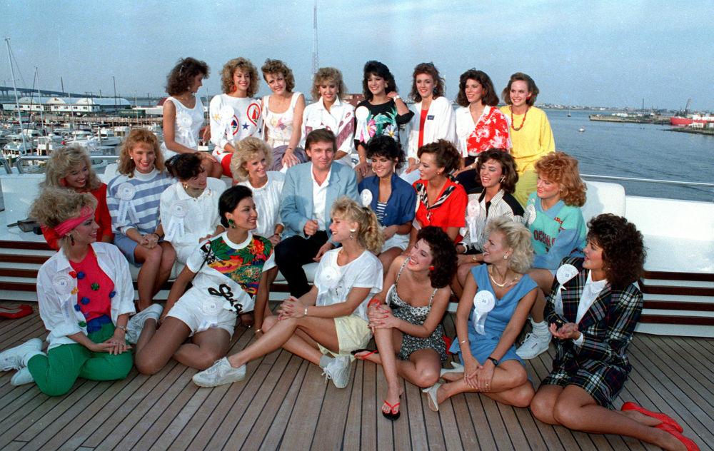 المرشح للانتخابات الرئاسية من الحزب الجمهوري دونالد ترامب يجلس وسط الفتيات المشاركات في مسابقة ملكة جمال الولايات المتحدة بمدينة أتلانتيك سيتي، 4 سبتمبر/ أيلول 1988