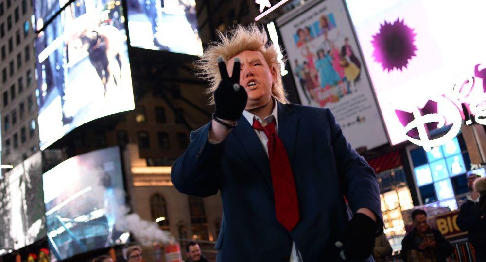 الانتخابات الرئاسية الأمريكية - أمريكيون يرتدون قناع المرشح الجمهوري دونالد ترامب في نيويورك ، 8 نوفمبر/ تشرين الثاني 2016