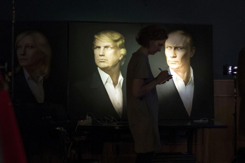 صحفية تقف على خلفية لوحات للرئيس فلاديمير بوتين والمرشح للرئاسة الأمريكية دونالد ترامب ووزيرة الخارجية الروسية ماريا زاخاروفا، وهي تكتب الملاحظات أثناء البث المباشر لعملية فرز الأصوات، موسكو 9 نوفمبر/ تشرين الثاني 2016