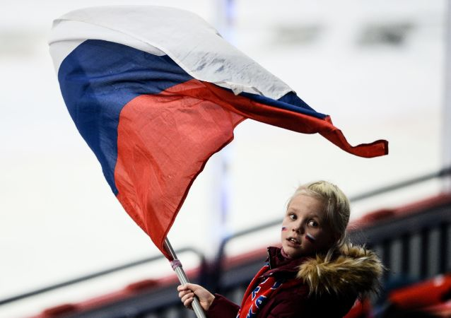 فتاة صغيرة تحمل العلم الروسي خلال المرحلة الأولى لمباراة الهوكي بين روسيا والتشيك ضمن بطولة كأس كاريالا لعام 2016/ 2017