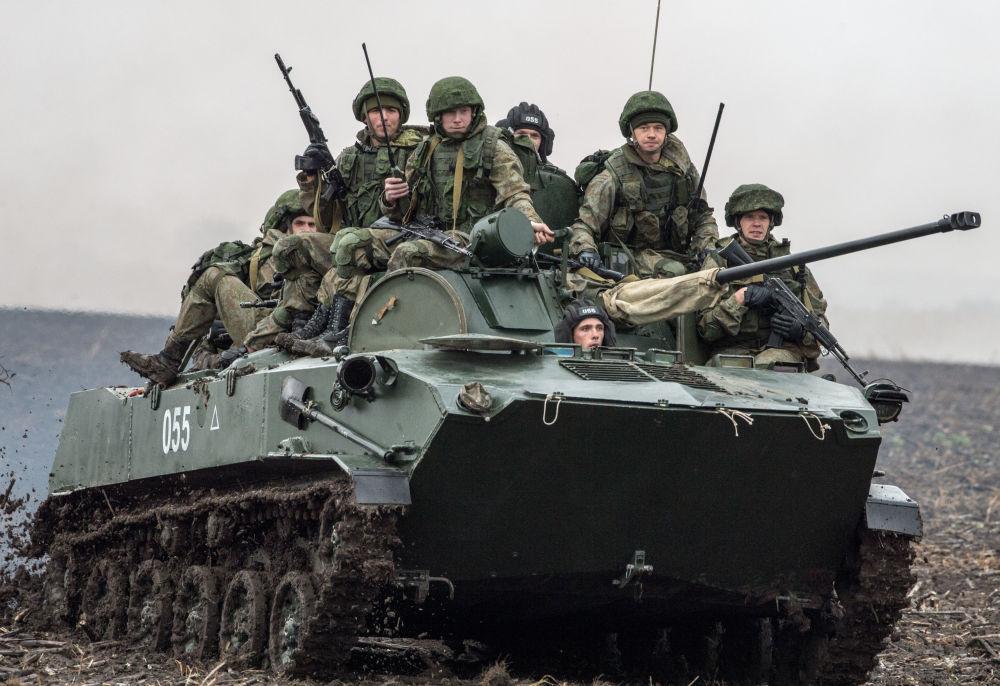 قوات الجيش الروسي خلال التدريبات العسكرية المشتركة سلافيناسكوي براتستفو-2016 بين روسيا وبيلاروسيا وصربيا في صربيا