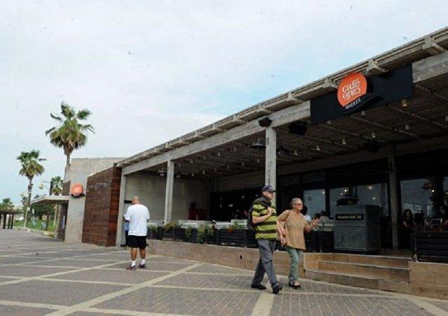 حيفا... مقهى يحظر التحدث باللغة العربية