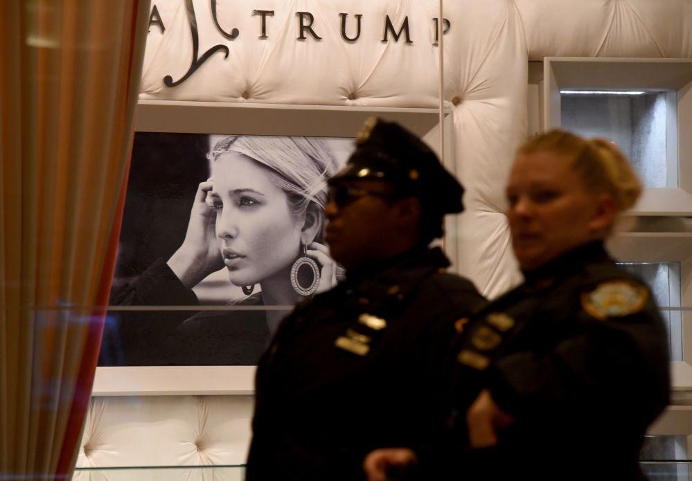 شرطي يقف على خلفية لمحل إيفانكا ترامب في فيفث أفينيو، 11نوفمبر/ تشرين الثاني 2016