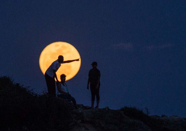 القمر العملاق في مدينة دار السلام، تنزانيا،  14 نوفمبر/ تشرين الثاني 2016