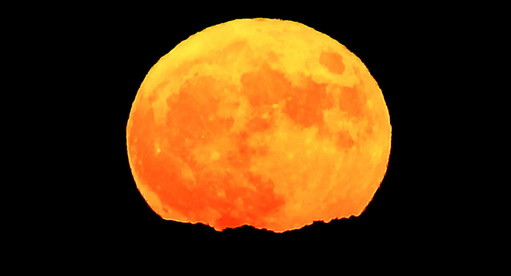 القمر العملاق في مدينة مارسيليا، فرنسا،  14 نوفمبر/ تشرين الثاني 2016
