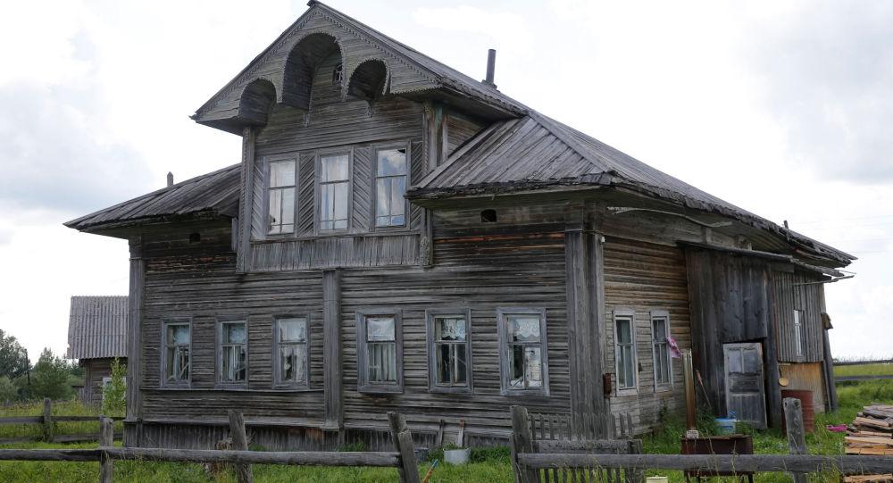 صورة لجزء من واجهة منزل في قرية غريدينسكايا بمقاطعة أرخانغلسك، روسيا 12 يوليو/ تموز 2016.