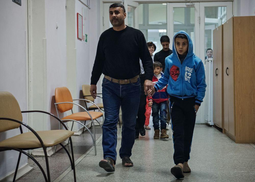 الأطفال السوريون يتوجهون لتناول وجبة الغذاء داخل الأكاديمية الطبية العسكرية في مدينة سانت بطرسبورغ الروسية