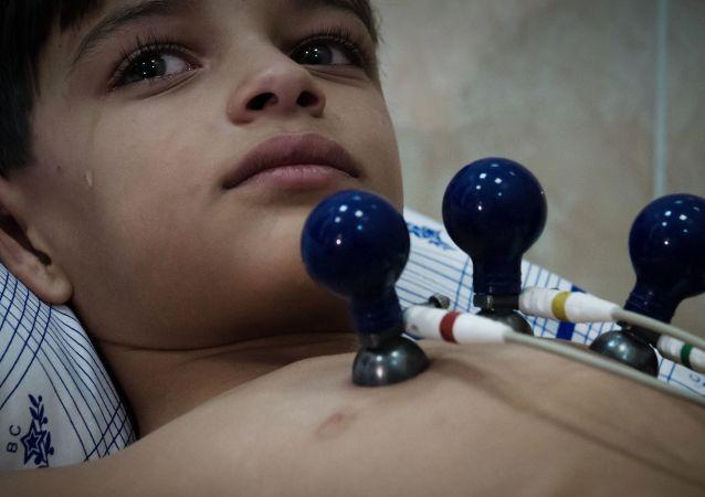طفل سوري أثناء توقيع الكشف الطبي عليه في مستشفى الأكاديمية الطبية العسكرية في مدينة سانت بطرسبورغ الروسية