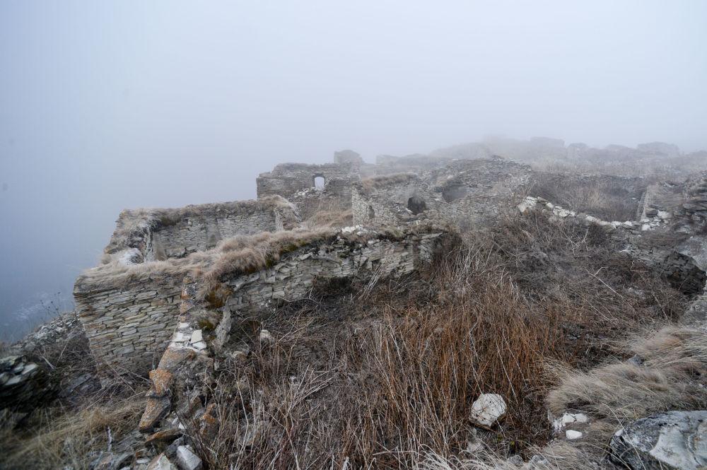 ركام القرية العريقة خوي عند الجبال المحازية لبحيرة كيزنوي-آم بجمهورية الشيشان