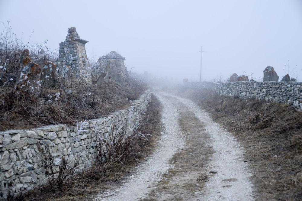 مقبرة قديمة في قرية خوي القديمة قريبة من الجبال المحازية لبحيرة كيزنوي-آم  صباحا