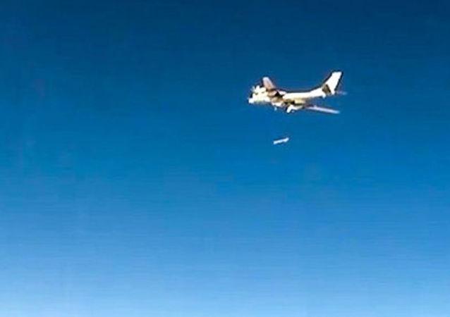 القاذفات الاستراتيجية الروسية تو-95 التابعة للقوات الجوية الفضائية الروسية خلال عمليات ضرب مواقع تسليح غير قانونية  على أراضي سوريا
