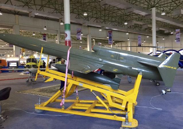 الطائرة الإيرانية بدون طيار كارار- 45-3 (Karar 45-3) تستهدف مواقع العدو القريبة على البر باختلاف معالمه السطحية على سبيل المثال: الجسور وغيرها، خلال المعرض الجوي الدولي Iran Air Show 2016 في إيران، 16 نوفمبر/ تشرين الثاني 2016.