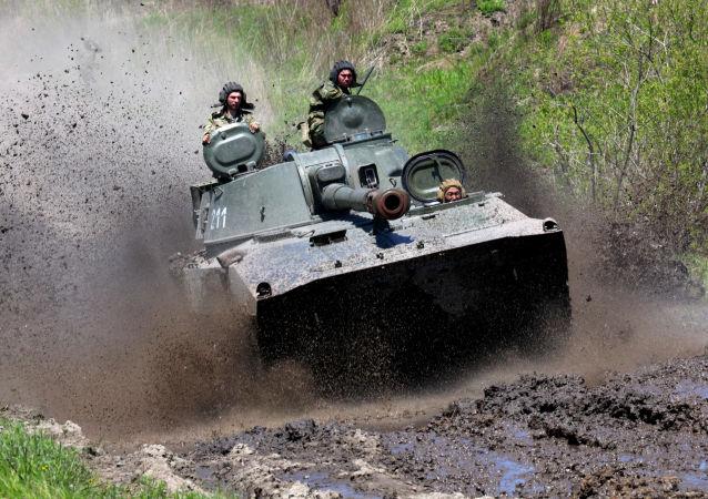 وحدة مدفعية ذاتية الدفع غفوزديكا خلال التدريبات التكتيكية في بريموري
