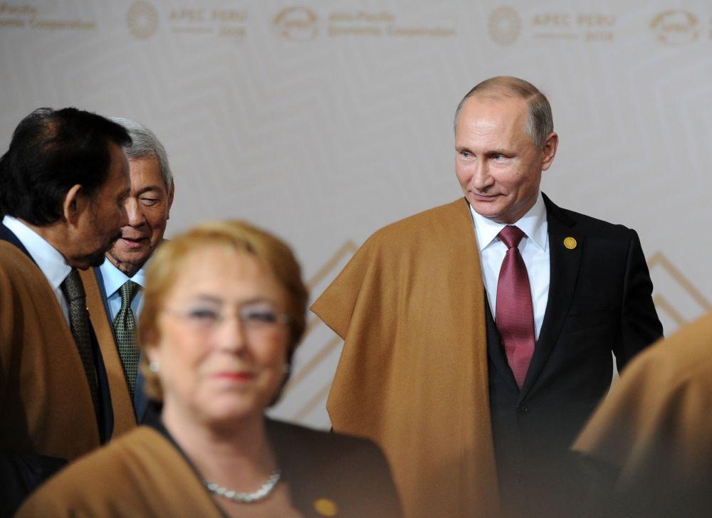 الرئيس الروسي فلاديمير بوتين يشارك في المراسم التقليدية لالتقاط صورة جماعية في زي بيرو التقليدي خلال فمة أبيك بمدينة ليما، بيرو