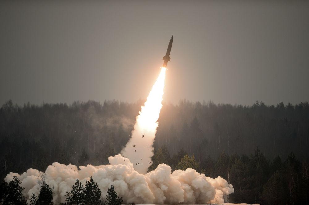 إطلاق صاروخ توتشكا-أو. في حقل لوغا العسكري بمقاطعة لينيغراد بمناسبة يوم قوات المدفعية والصاروخية