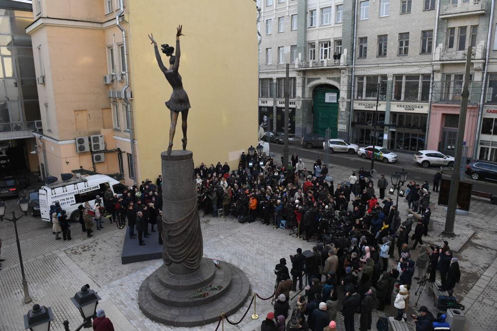سكان مدينة موسكو خلال مراسم افتتاح تمثال لراقصة الباليه الروسية المشهورة مايا بليسيتسكايا في شارع بولشايا دميتروفكا وسط العاصمة