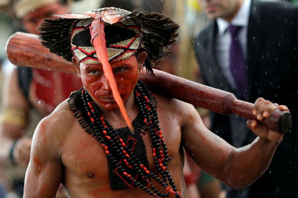 رجل من السكان الأصليين من قبيلة باتاشو (Pataxo ) خلال احتجاجات السكان الأصليين من مختلف القبائل عند مدخل قصر بلانالتو (Planalto) ضد إدارة الأعمال الزراعية والطلب من ترسيم الحدود على أراضي أجدادهم، في مدينة برازيليا، البرازيل 22 نوفمبر/ تشرين الثاني 2016.