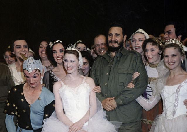 الزعيم الكوبي للثورة الكوبية، السكرتير الأول للجنة المركزية للحزب الشيوعي الكوبي، فيدل كاسترو، خلال زيارته للمسرح الكبير (مسرح بولشوي) في موسكو لحضور رقص الباليه بأداء الراقصة الأسطورية مايا بليسيتسكايا (وسط الصورة) فترة ابريل/ نيسان - يونيو/ حزيران عام 1963
