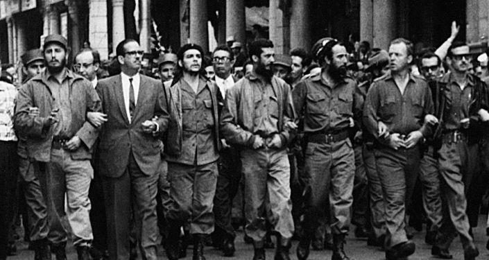 الزعيم الكوبي للثورة الكوبية، السكرتير الأول للجنة المركزية للحزب الشيوعي الكوبي، فيدل كاسترو يتصدر مسيرة ضخمة لنعي ضحايا انفجارات لا كوبر، ويشاركه قادة كوبيون إرنيستو تشي جيفارا، وزير الدفاع أوغوستو مارتينيز-سانتشيز، وزير البيئة أنطونيو نويز-جيمينيز، والأمريكي ويليام مورغان، والأسياني إلوي غيتيريز مينويو.
