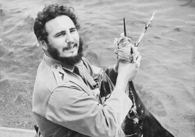 الزعيم الكوبي فيدل كاسترو يبتسم للكاميرا بعد أن اصطاد سمكة مارلين الكبيرة في بطولة همنغواي للصيد السنوية في هافانا  ، كوبا 13 مايو/ آيار 1960