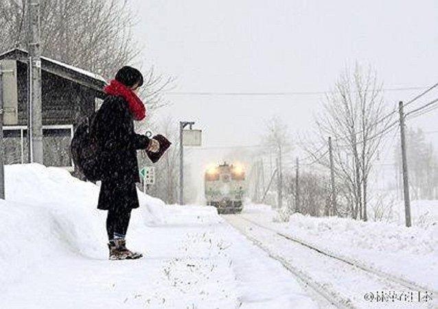 فتاة يابانية تنتظر القطار