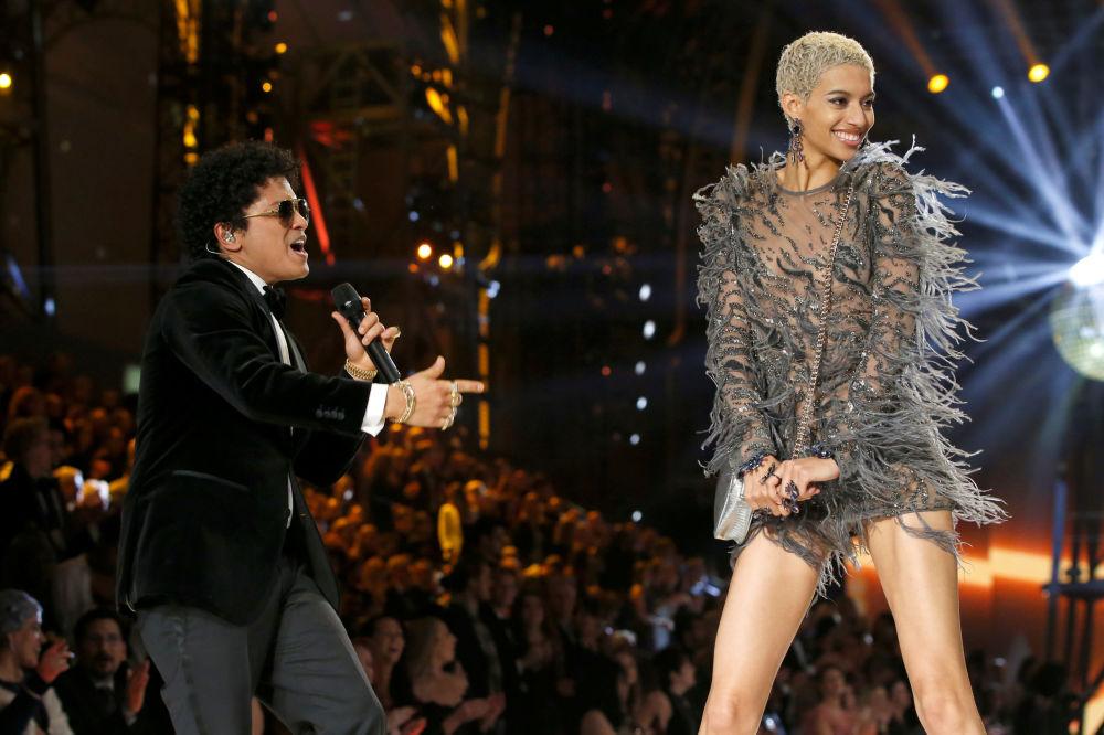 المغني بورنو مارس مع عارضة الأزياء جوردانا اليزبيث