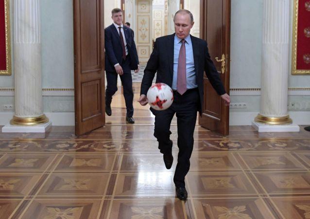 الرئيس الروسي فلاديمير بوتين يلعب بكرة القدم في الكرملين مع رئيس الفيفا جاني إنفانتينو