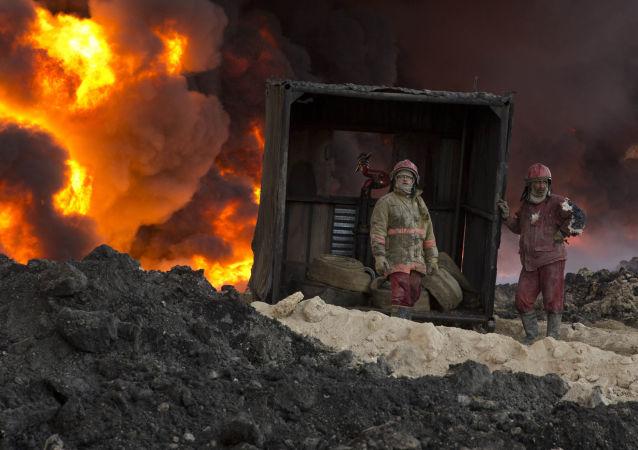 رجال الإطفاء يحاولن اطفاء الحرائق المشتعلة التي خلفها تنظيم داعش في القيارة، جنوبي الموصل، العراق 28 نوفمبر/ تشرين الثاني 2016