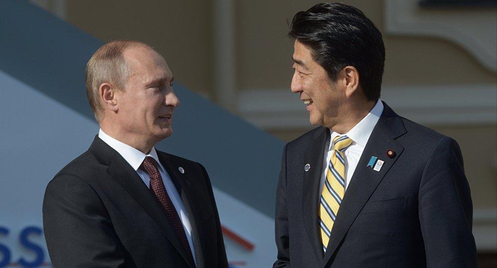الرئيس الروسي فلاديمير بوتين ورئيس الوزراء الياباني شينزو أبي