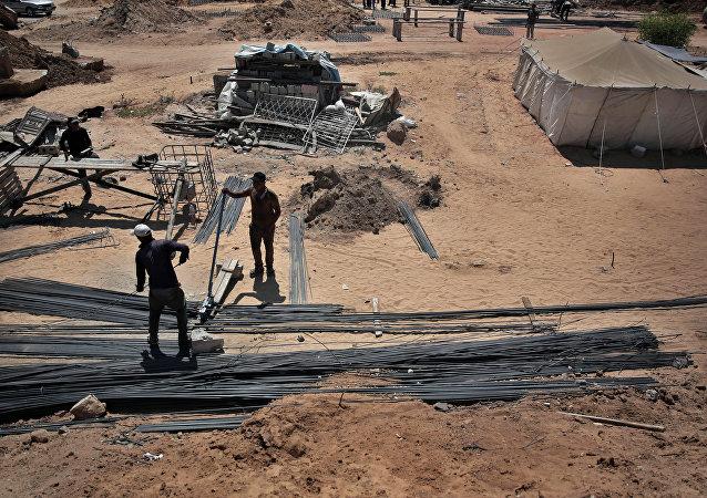 إسرائيل تدرس إعادة مئات العمال الغزيين للعمل في أراضيها