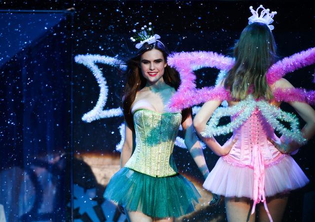 نهائي مسابقة أجمل عارضة أزياء روسيا 2016 - الروسية سيرافيما لابانيك (من الريانسك)، أثناء العرض في فندق Korston Club Hotel في موسكو.