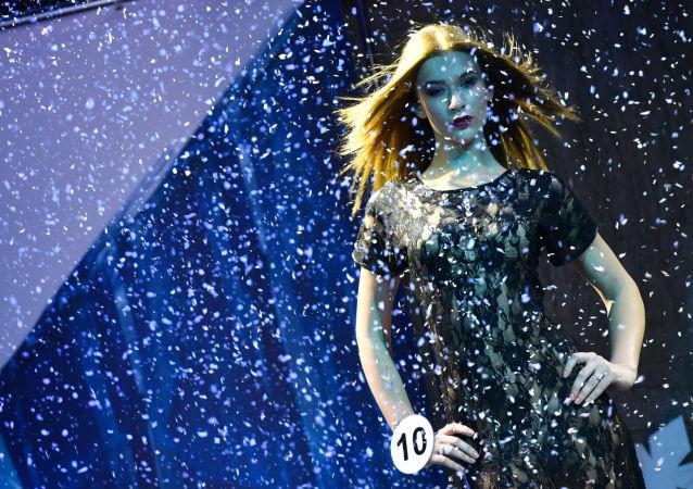 المشاركة آنّا غريبانوفا (ريازان) في نهائي مسابقة اأجمل عارضة أزياء روسيا 2016 في فندق Korston Club Hotel في موسكو.