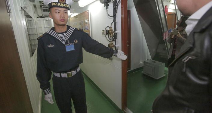 بحار صيني يشير للزائر لمكان الزيارة داخل فرقاطة يانتشينغ في سان دييغو، الولايات المتحدة 6 ديسمبر/ كانون الأول 2016