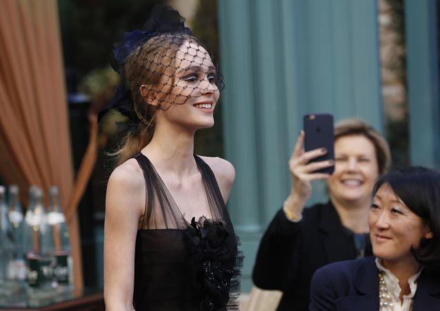 الممثلة الأمريكية الفرنسية ليلي روز ديب خلال عرض أزياء شانيل في باريس، 6 ديسمبر/ كانون الأول 2016