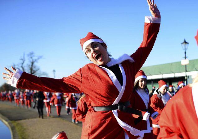 2000 أشخاص ارتدوا زي بابا نويل وشاركوا في مسيرة لندن سانتا كلاوز، 3 ديسمبر/ كانون الأول 2016