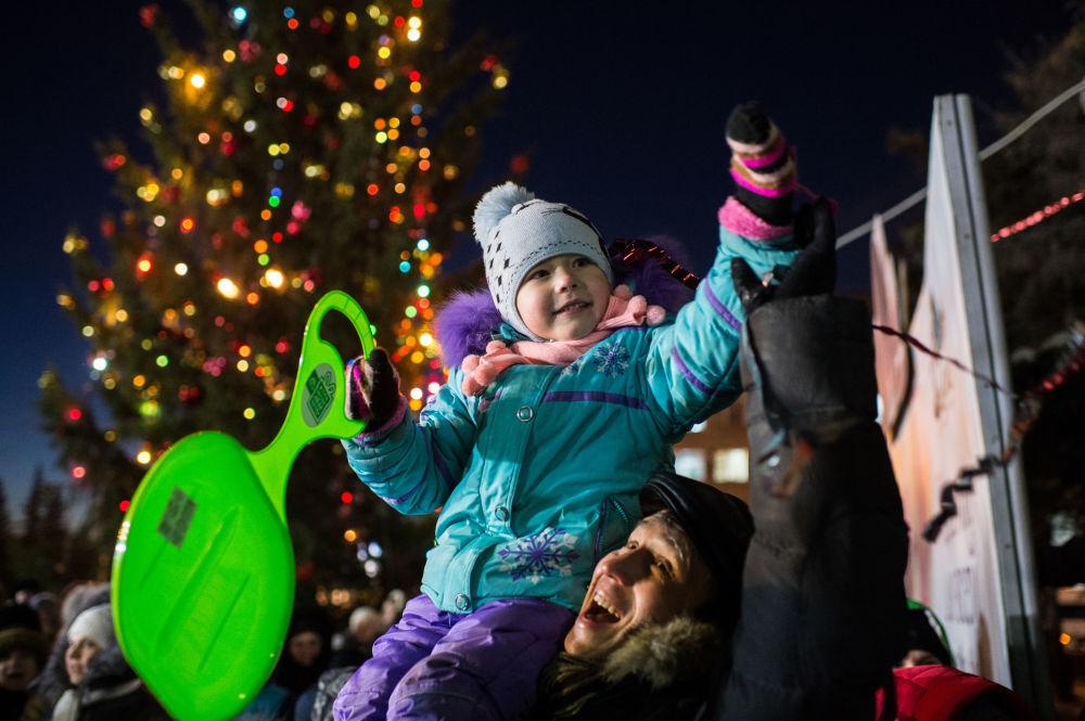 سكان أومسك خلال عرض ديد موروز (بابا نويل الروسي) ، ديسمبر/ كانون الأول 2016