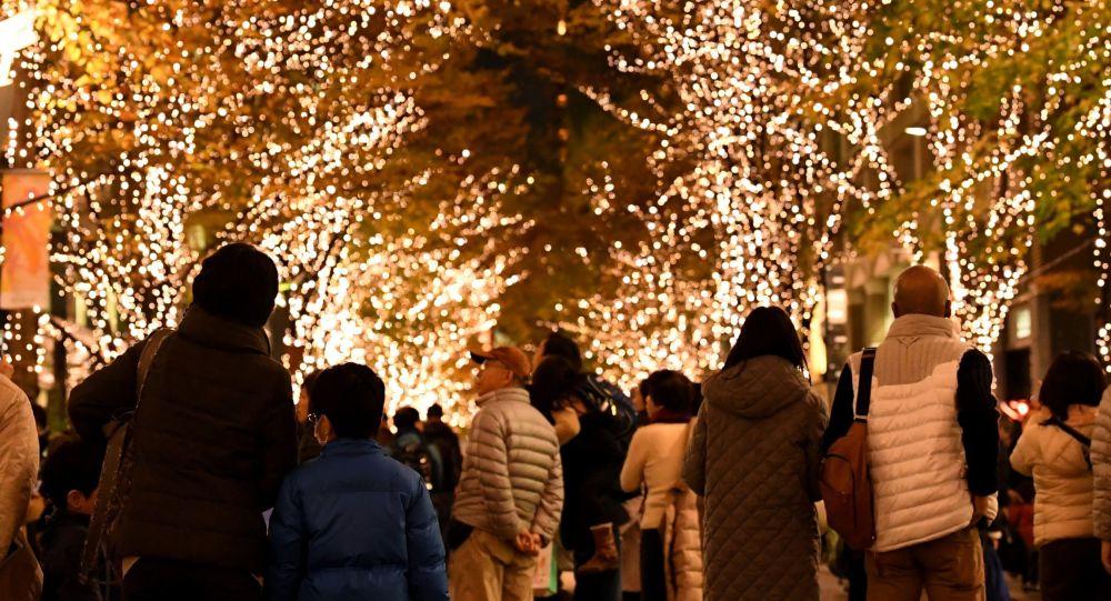 سكان طوكيو يسيرون في شوارع المدينة بين أضواء الكريسماس ،  2 ديسمبر/ كانون الأول 2016